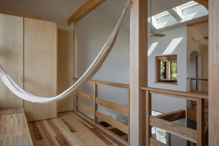 南サンスペースから書斎の窓を見る: 小野育代建築設計事務所が手掛けた和室です。