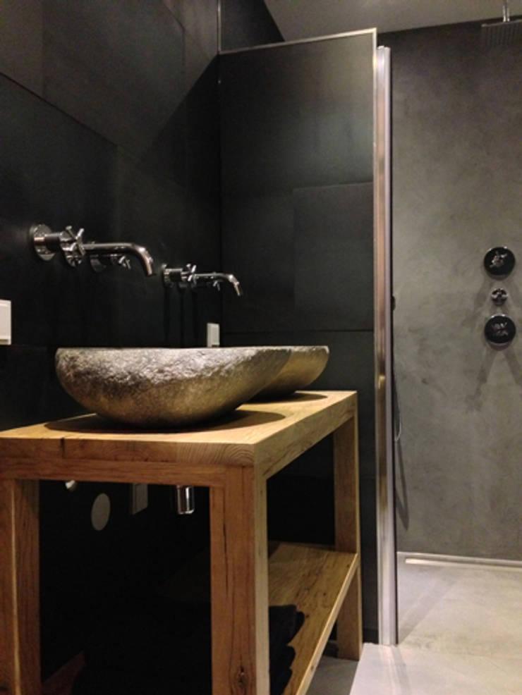 Badkamer betonstuc:  Badkamer door Molitli Interieurmakers, Industrieel
