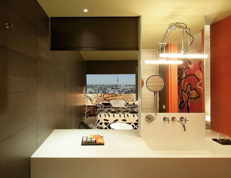 HOTEL PUERTA AMERICA, Madrid, Habitación Estudio Mariscal-Fernando Salas: Baños de estilo mediterráneo de RAFAEL VARGAS FOTOGRAFIA SL