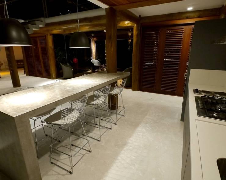 Casa em Boipeba: Cozinhas  por MM8 Arquitetura e Interiores