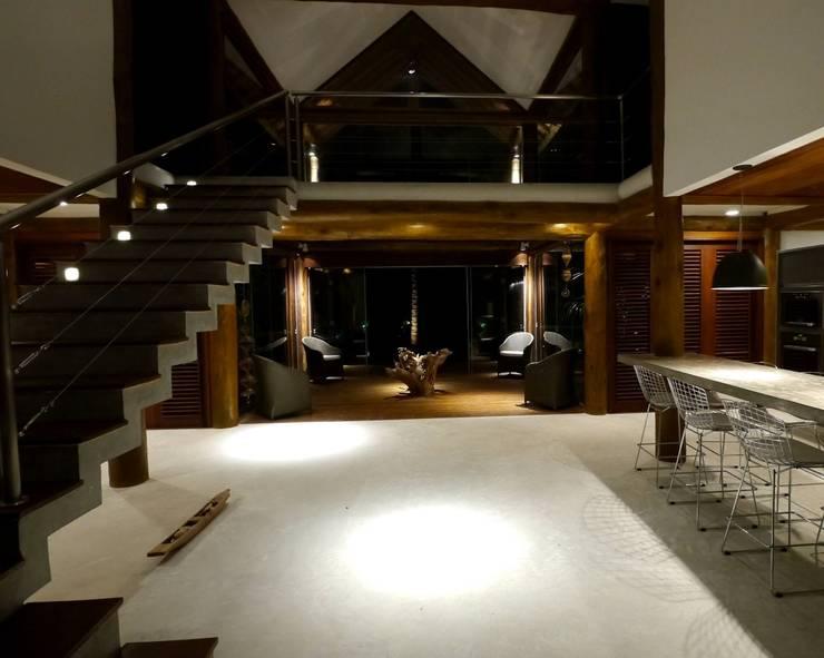 Casa em Boipeba: Salas de estar  por MM8 Arquitetura e Interiores