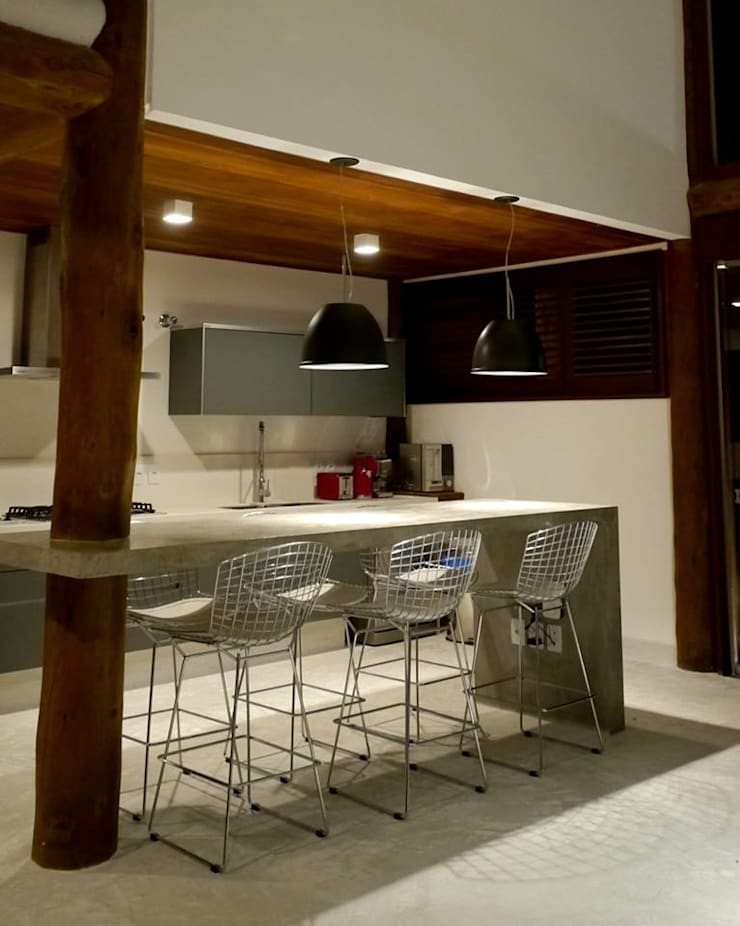 Casa em Boipeba: Salas de jantar  por MM8 Arquitetura e Interiores