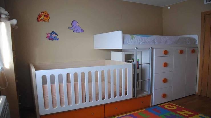 Habitación juvenil integrando cuna convertible: Dormitorios infantiles de estilo  de LA ALCOBA
