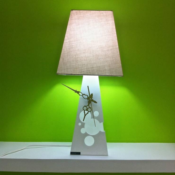 Clocklamp: Camera da letto in stile in stile Moderno di antoniolaidesign