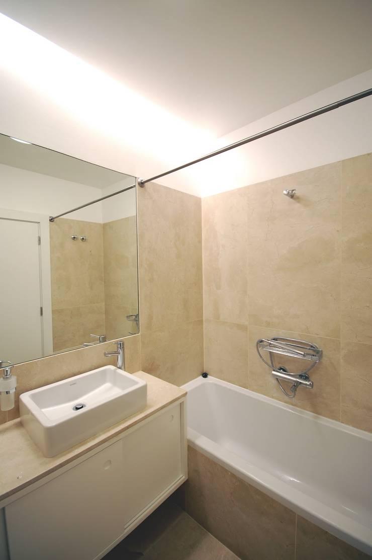Apartamento em Algés: Casas de banho  por Borges de Macedo, Arquitectura.
