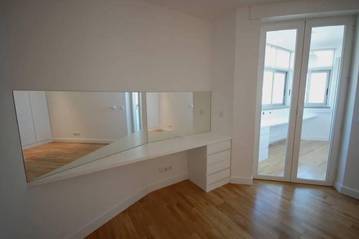 Apartamento em Algés: Quartos  por Borges de Macedo, Arquitectura.