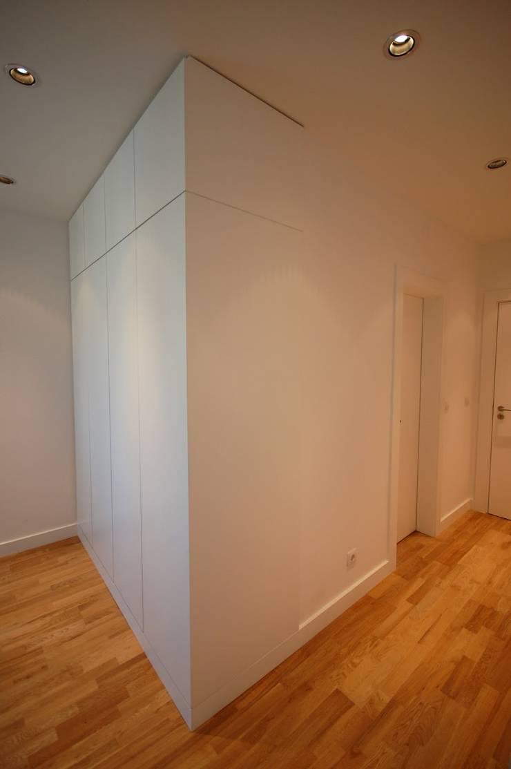 Apartamento em Algés: Corredores e halls de entrada  por Borges de Macedo, Arquitectura.