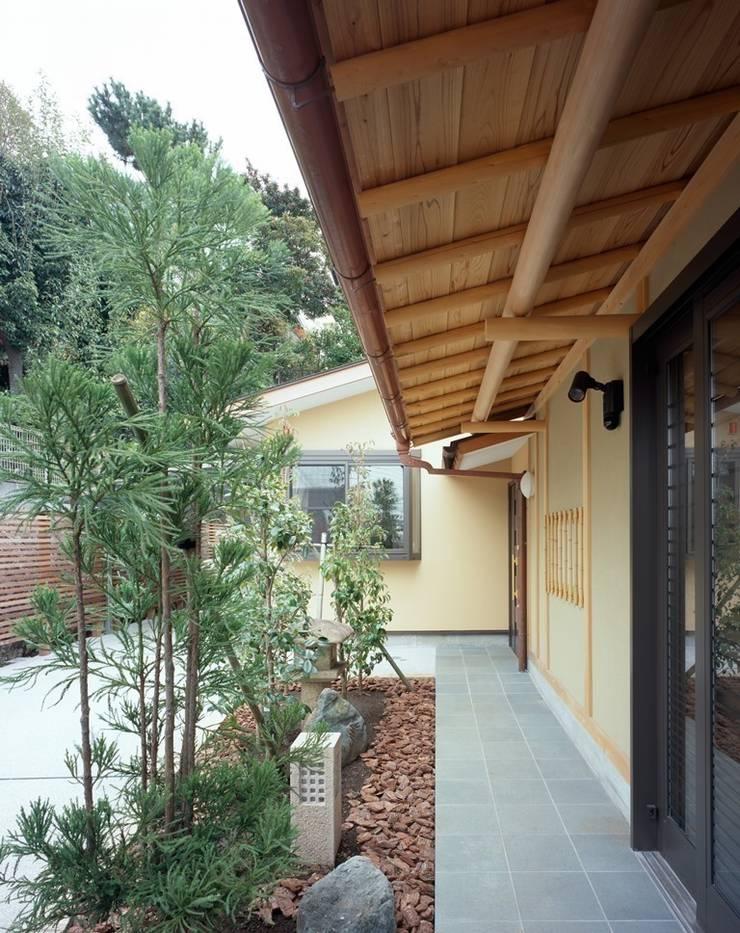 アプローチ: 忘蹄庵建築設計室が手掛けた家です。