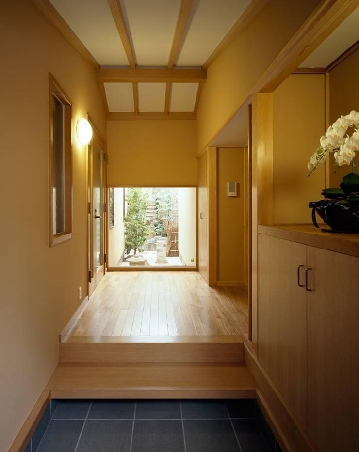 玄関: 忘蹄庵建築設計室が手掛けた和室です。