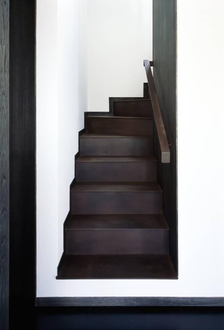 階段: 忘蹄庵建築設計室が手掛けた商業空間です。