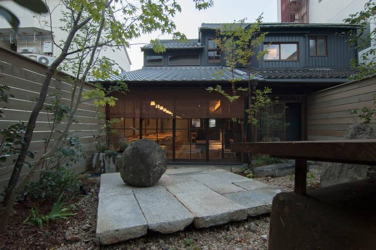 庭から建物を: Garden design office萬葉が手掛けた庭です。