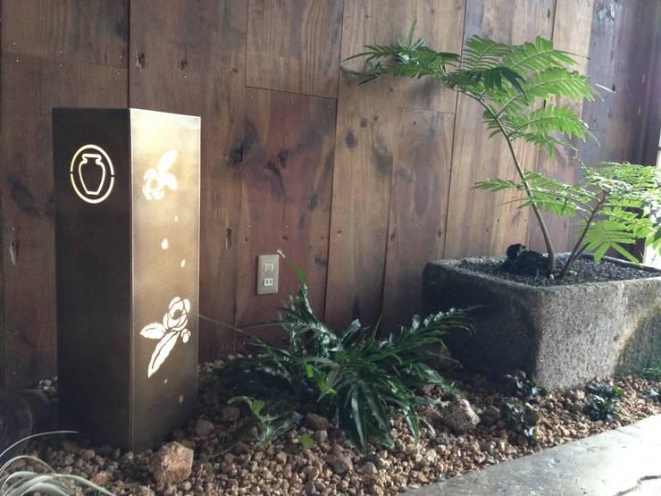 エントランス: Garden design office萬葉が手掛けた庭です。