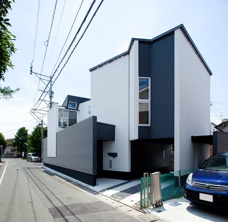 アプローチ: 岩瀬隆広建築設計が手掛けた家です。