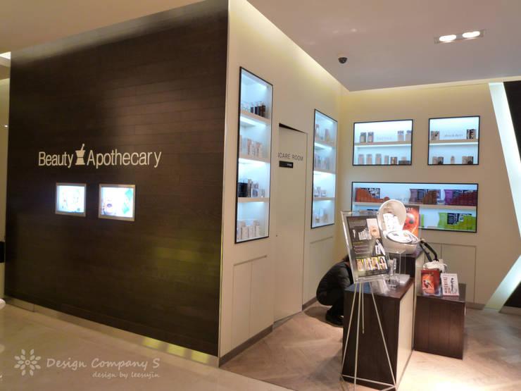 현대백화점 압구정본점 별관 뷰티파크 아포세카리: 디자인 컴퍼니 에스의  상업 공간