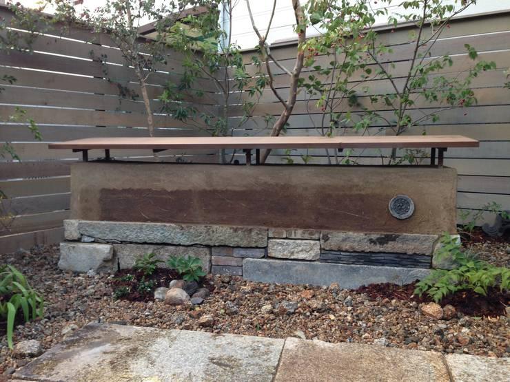 土塀: Garden design office萬葉が手掛けた庭です。