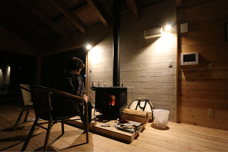 暖炉の火を楽しむデザイン: 一級建築士事務所 クレアシオン・アーキテクツが手掛けたスカンジナビアです。,北欧