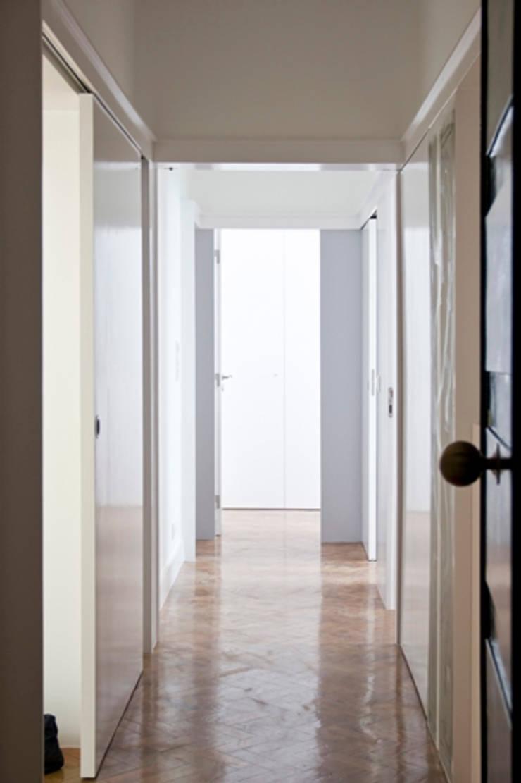 GB Apartment: Corredores e halls de entrada  por TERNULLOMELO Architects