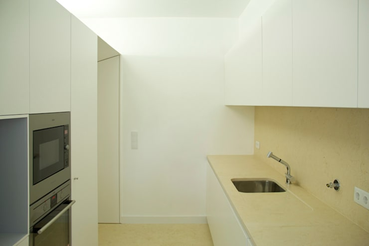 GB Apartment: Cozinhas  por TERNULLOMELO Architects,Moderno