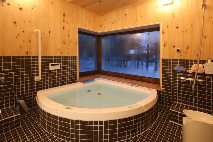 自然を感じる大浴室: 一級建築士事務所 クレアシオン・アーキテクツが手掛けた浴室です。,北欧