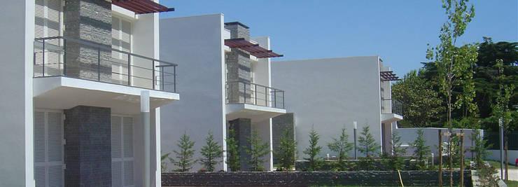 Casas de estilo clásico de Arquitronica Lda Clásico