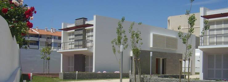 Condomínio Habitação Estoril: Casas  por Arquitronica Lda,Clássico