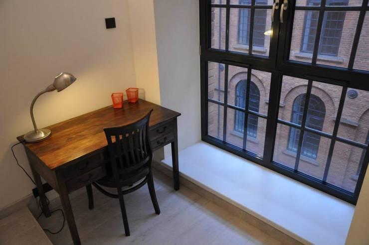 Loft Łódź: styl , w kategorii Domowe biuro i gabinet zaprojektowany przez OMII. Agata Słoma