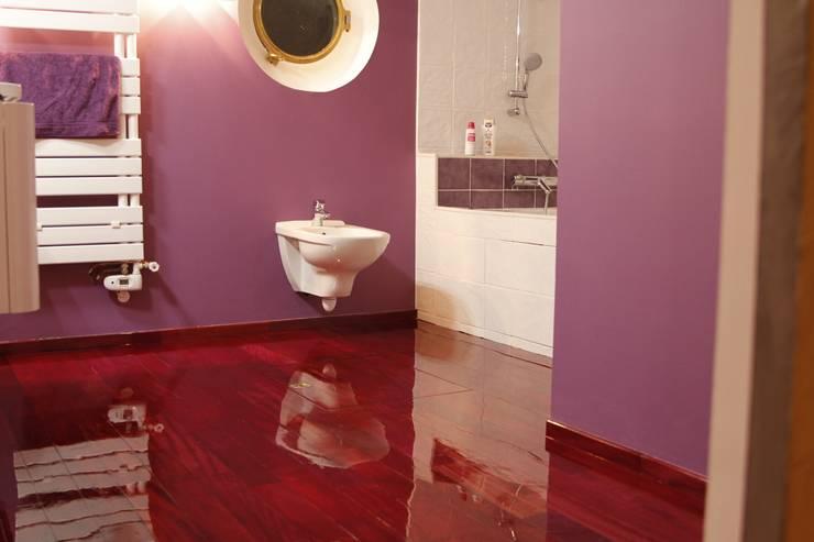 salle de bain et plancher bois amarante vernis : Salle de bains de style  par Batbau'bio