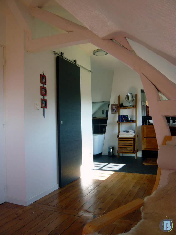 couloir vers dressing: Couloir et hall d'entrée de style  par Batbau'bio