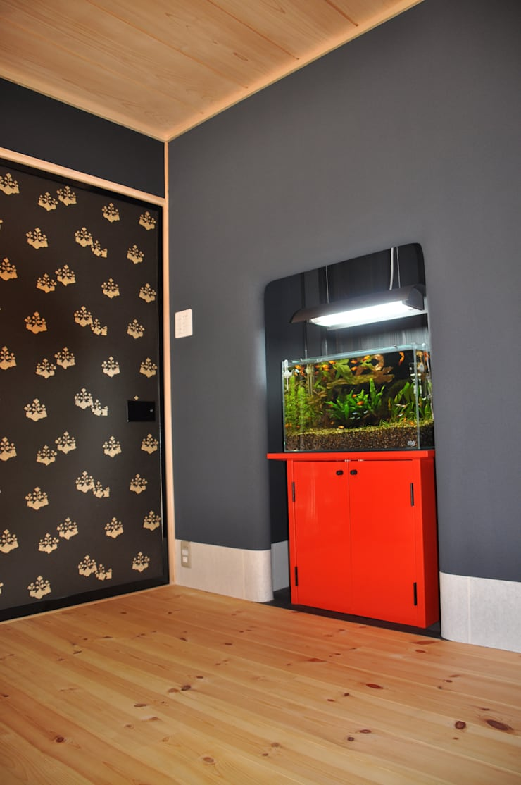 現代版 熱帯魚飾り(玄関床の間): 樹・中村昌平建築事務所が手掛けた玄関&廊下&階段です。