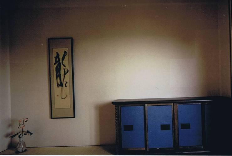 未ざらし和紙で包んだ玄関・玄関ホール: 樹・中村昌平建築事務所が手掛けた玄関&廊下&階段です。