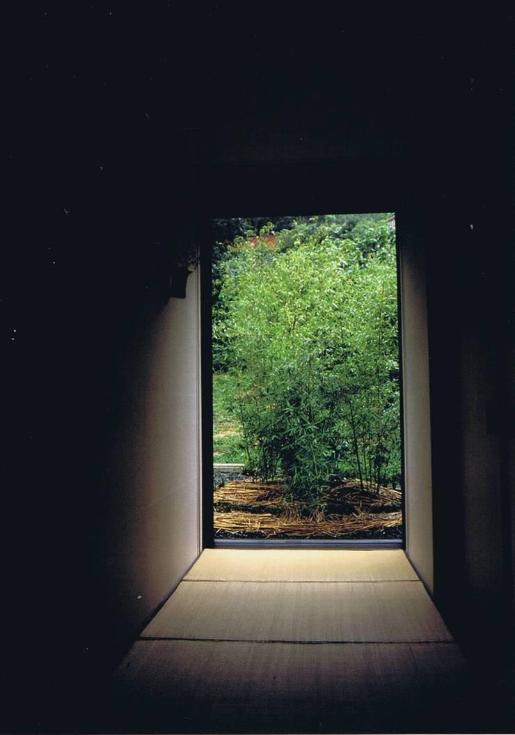 畳廊下竹の小庭: 樹・中村昌平建築事務所が手掛けた庭です。