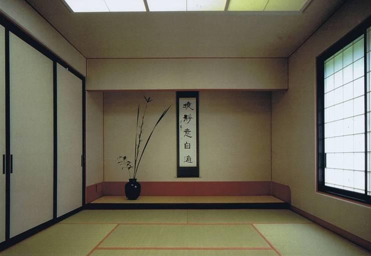 座敷床の間(未ざらしの白が主役・引き立て役=余白が赤): 樹・中村昌平建築事務所が手掛けたアートです。