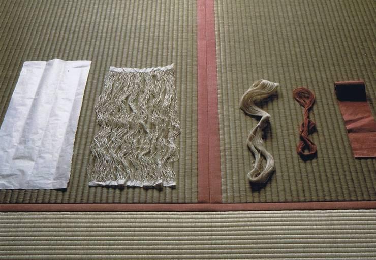 畳縁和紙・裂く・撚り糸・染・縁完成: 樹・中村昌平建築事務所が手掛けたアートです。