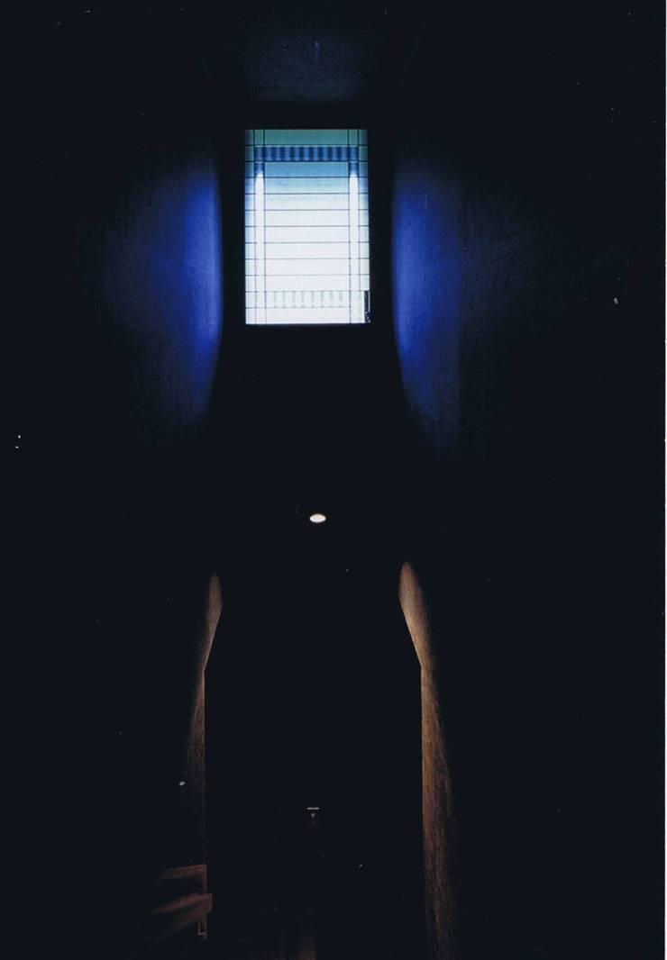 階段室ログウッド染黒紙と北側未ざらし白障子窓との明暗: 樹・中村昌平建築事務所が手掛けた玄関&廊下&階段です。