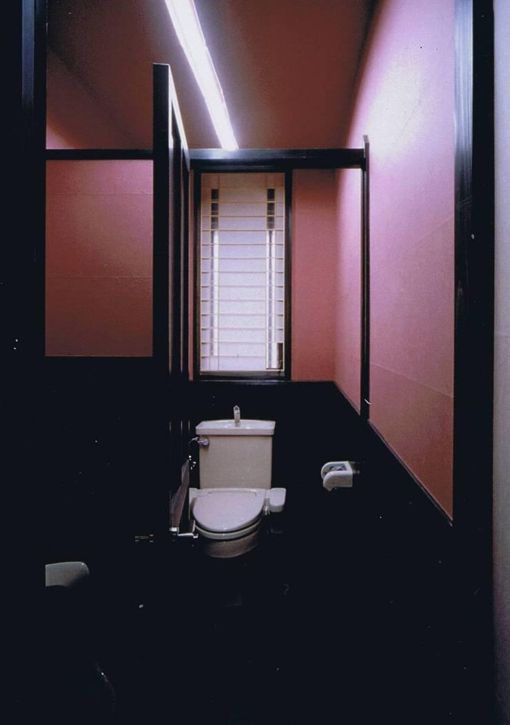 WC内赤紙張りと腰板の黒との対比: 樹・中村昌平建築事務所が手掛けた浴室です。