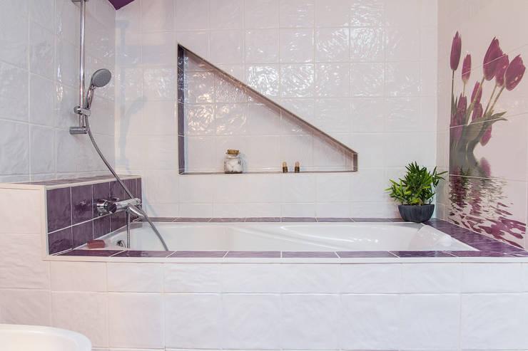 Corniche : Salle de bains de style  par Batbau'bio