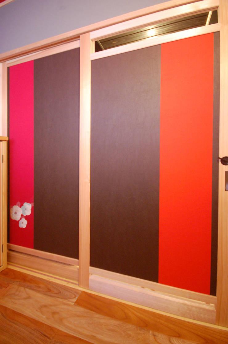 WC内側戸に花を刺しゅうした帯を張る: 樹・中村昌平建築事務所が手掛けた窓&ドアです。
