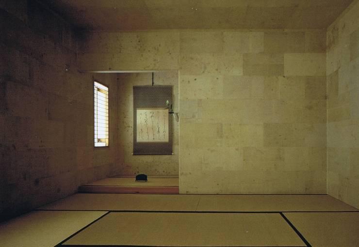 壁と天井に古紙(まゆ袋)張りの茶室8畳: 樹・中村昌平建築事務所が手掛けたアートです。