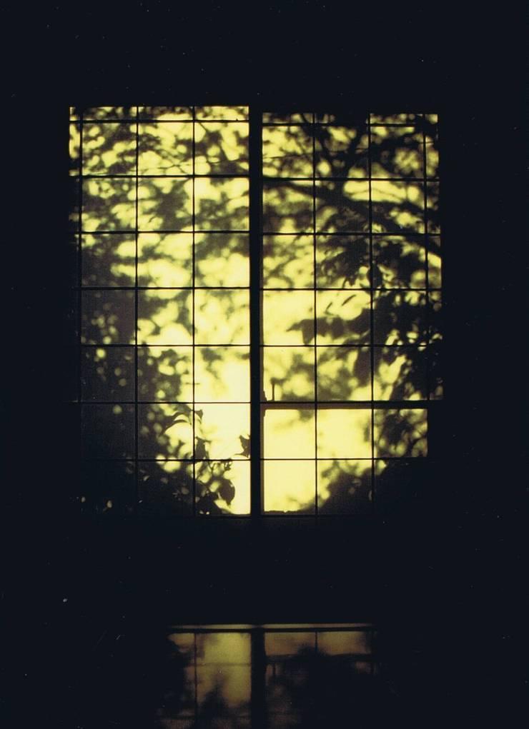 影絵2。朝陽障子に天然色・自宅: 樹・中村昌平建築事務所が手掛けた現代のです。,モダン