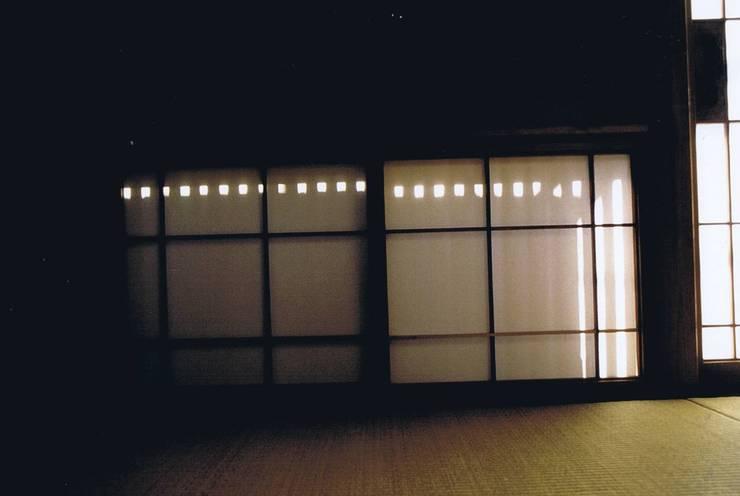 影絵4。朝陽障子に縦木格子・自宅: 樹・中村昌平建築事務所が手掛けた現代のです。,モダン