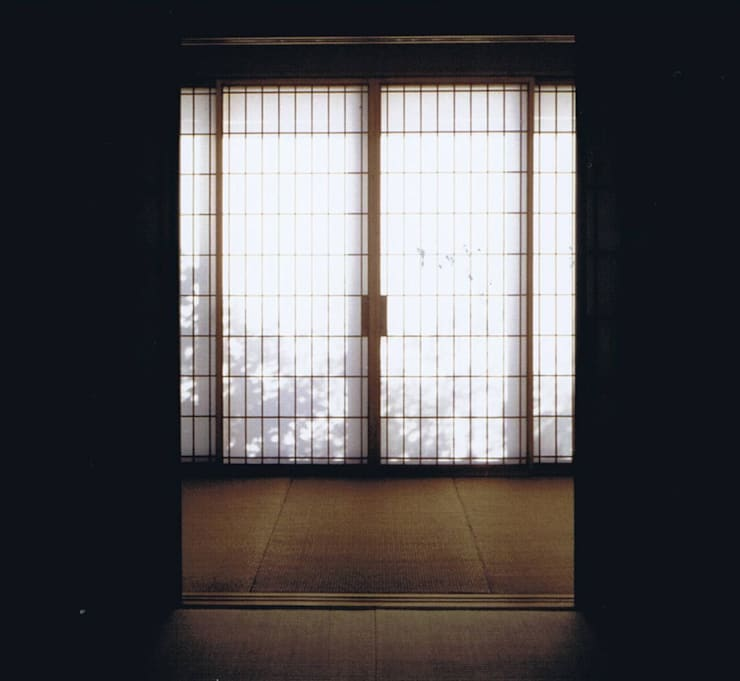 影絵5。昼陽障子に生垣・久慈町の家: 樹・中村昌平建築事務所が手掛けた現代のです。,モダン