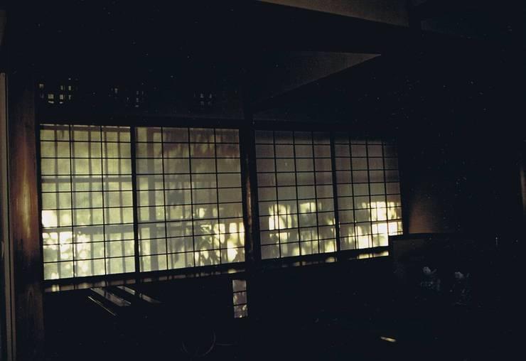 影絵6。西陽障子に竹の影絵・堀口捨巳先生作八勝館御幸の間: 樹・中村昌平建築事務所が手掛けた現代のです。,モダン