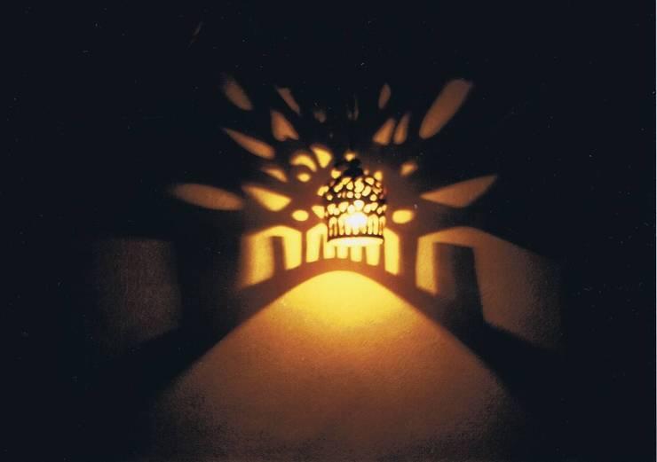 影絵8。ランタン照明器具による影絵・自宅: 樹・中村昌平建築事務所が手掛けた現代のです。,モダン