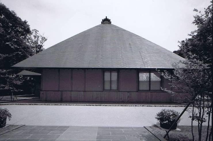 屋根1。偕楽園公園センター西屋根: 樹・中村昌平建築事務所が手掛けた現代のです。,モダン