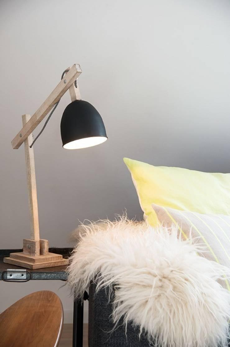 Drewniana lampa na biurko: styl , w kategorii  zaprojektowany przez Chwila Inspiracji,Skandynawski