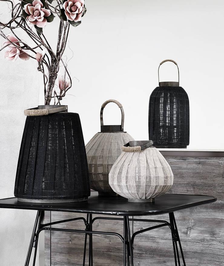 Biała latarnia do domu i ogrodu: styl , w kategorii Ogród zaprojektowany przez Chwila Inspiracji