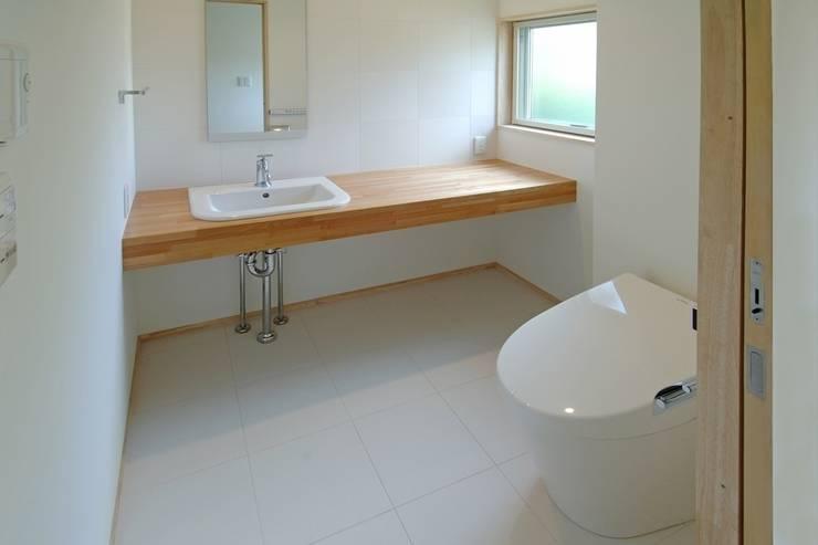 八龍の家 / House in Hachiryu : 市原忍建築設計事務所 / Shinobu Ichihara Architectsが手掛けた浴室です。,モダン