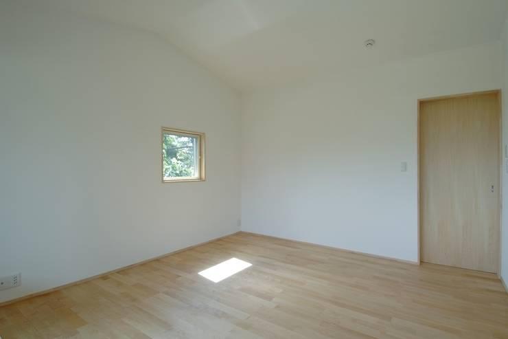 八龍の家 / House in Hachiryu : 市原忍建築設計事務所 / Shinobu Ichihara Architectsが手掛けた寝室です。,モダン