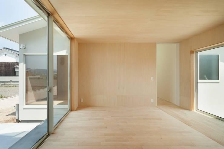 3つの屋根 / Triple Roof: 市原忍建築設計事務所 / Shinobu Ichihara Architectsが手掛けたリビングです。