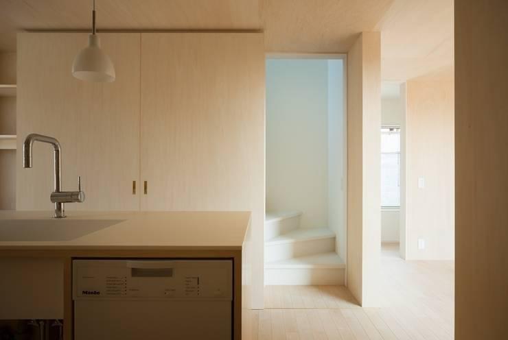 3つの屋根 / Triple Roof: 市原忍建築設計事務所 / Shinobu Ichihara Architectsが手掛けたキッチンです。